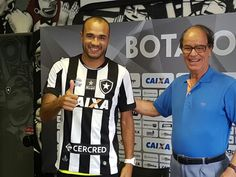 Roger é apresentado no Botafogo (Foto: Marcelo Baltar)