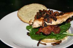 Burger med kylling, bacon, champignon og aioli