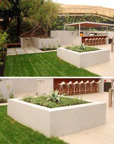 Esta jardinera cuadrada hecha de concreto ayuda a delimitar el área de esparcimiento perfectamente del resto del patio