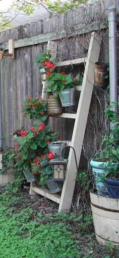 28 Upcycles for the Garden 28 Up-cycles for the garden.///make my own ladder any size and then add tins & drawers, pots, birdhouses–whatever *** I love this! Garden Yard Ideas, Garden Crafts, Lawn And Garden, Garden Projects, Garden Landscaping, Indoor Garden, Backyard Ideas, Jardin Decor, Plantation