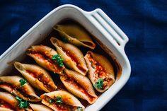 Конкильони фаршированные творогом в томатном соусе -