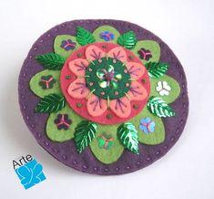 Mandala redonda em feltro, com aplicação de bordados com lantejoulas.  Diâmetro: 10 cm  Veja o tipo de presilha no verso da peça. R$ 30,00