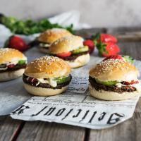 Ruokamielellä - Kanakori ja paprikamajoneesi Hamburger, Bread, Food, Brot, Essen, Baking, Burgers, Meals, Breads