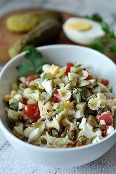 Przepisy na letnie sałatki - Damsko-męskie spojrzenie na kuchnię Mozzarella, Pasta Salad, Ethnic Recipes, Food, Bulgur, Crab Pasta Salad, Noodle Salads, Meals, Macaroni Salad