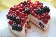 Delicioso postre como gelatina de queso con frutos rojos.
