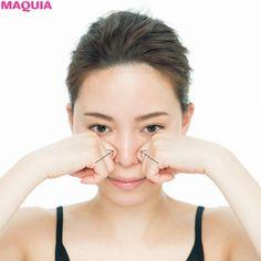 STEP3スッキリした鼻筋を彫り起こしてメリハリ顔に1. 鼻骨のつけ根に親指をあてる両手の指先を軽く曲げ、目頭の横にある鼻骨のくぼみに親指の第一関節を密着させる。2. 関節で鼻すじをつかんで下ろす力を加えながら両手の親指の...