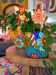 Flower Pot Art, Flower Pot Crafts, Clay Pot Crafts, Diy Crafts, Painted Plant Pots, Painted Flower Pots, Pots D'argile, Ceramic Cafe, Decorated Flower Pots