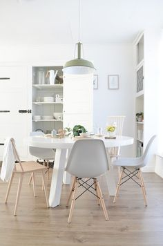 35 all-white room ideas. Discover photos of living rooms, bedrooms, kitchens, and bathrooms decorated in all white decor. Find monochrome white rooms that will inspire your own decor. Scandinavian Interior, Home Interior, Kitchen Interior, Interior Design, All White Room, White Rooms, Table Design, Dining Room Design, Dinner Room