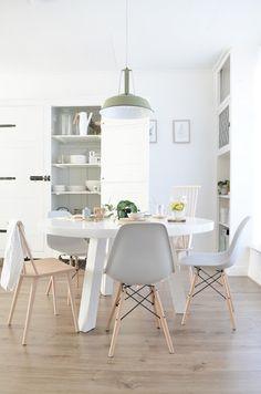 Las sillas #Eames siempre combinando de forma perfecta en cualquier estilo de…
