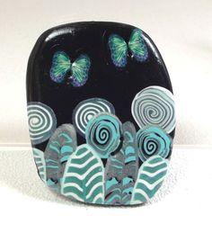 Une féerie: fleurs et papillons turquoise sur un fond noir. Bouton de forme originale de 4.8 x 3.9cm de la boutique BoutonsdAuj sur Etsy