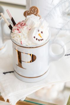 How to Create a Holiday Hot Chocolate Bar inclduing all of the toppings we used and items to style it. It's a fun dessert to have at a holiday party! Christmas Cocktails, Christmas Brunch, Christmas Desserts, Fun Desserts, Merry Christmas, Christmas Goodies, Hot Chocolate Cookies, Chocolate Topping, Chocolate Art