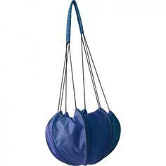 """Die super-originelle Umhängetasche """"AIR LIGHT BLUE"""" aus wiederverwerteter Fallschirmseide ist dein stylisher Begleiter für den täglichen Höhenflug. Vom Label Bag to Life."""