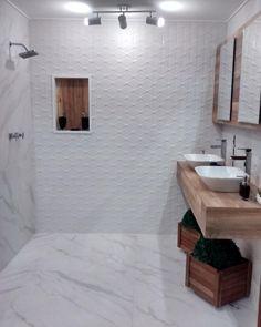Modernizando o clássico branco com a textura de Cartier na parede e o efeito de mármore de Mont Blanc no piso. Ambiente incrível na @leroymerlinbrasil. ◻️◻️◻️ #branco #azulejo #porcelanato #elianerevestimentos
