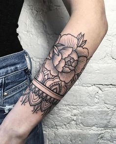 schöne tattoos, mandala tattoo in kombination mit blume