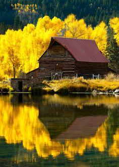 Celeiro refletido no lago.  Fotografia: Adam Schallau.
