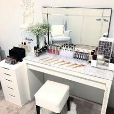 Super Ideas For Makeup Vanity Decor Beauty Room Vanity Room, Vanity Desk, Mirror Vanity, Diy Vanity, Vanity Shelves, Modern Makeup Vanity, Makeup Vanity Decor, Room Shelves, Sala Glam