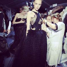 #Fitting #imodaediccionario es la prueba donde modelistas y planchadoras liman pequeños errores de la vestimenta antes del desfile ¿quieres dedicarte al apasionante mundo de la moda? Pregunta por nuestros cursos que complementaran tu carrera profesional Info@imodae.com #fashion #moda #backstage #fashionwork #imodae