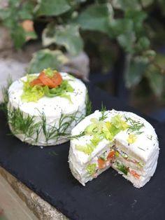 Sandwich cake au saumon fumé : facile, rapide et délicieux Tee Sandwiches, Vegan Teas, Salad Cake, Sandwich Cake, Snacks, Best Appetizers, Savoury Cake, Antipasto, Creative Food