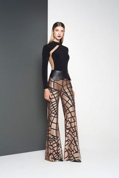 Geometric pattern bell bottoms, high waisted black leather belt and futuristic minimalist long sleeve top with panels Fashion Pants, Look Fashion, High Fashion, Fashion Dresses, Womens Fashion, Fashion Design, Fashion Trends, Modelos Fashion, Elegant Outfit