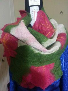 Sciarpa in garza di lana con fiori e foglie di lana merinos  exstrafine