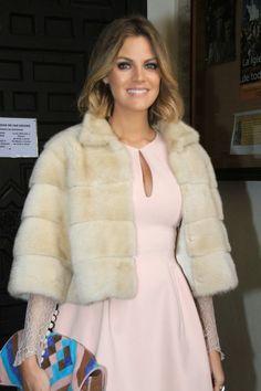 INVITADA PERFECTA BODA INVIERNO (16) Abaya Fashion, Fur Fashion, Party Fashion, Winter Fashion, Fashion Outfits, Womens Fashion, Wedding Coat, Wedding Guest Style, Winter Wedding Guests