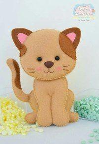 Aprenda dicas preciosas para fazer qualquer modelo de gato de feltro e veja os melhores moldes da internet! Gingerbread Christmas Decor, Felt Christmas Ornaments, Cat Crafts, Animal Crafts, Felt Patterns, Stuffed Toys Patterns, Chat Crochet, Felt Cat, Plushies