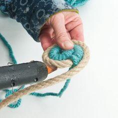 Manualidades con cuerda para decoración boho-chic – bricomanitas deco Rope Crafts, Diy And Crafts, Cortinas Boho, Boho Chic, Rope Rug, Knitting Videos, Craft Corner, Craft Items, Crochet Baby
