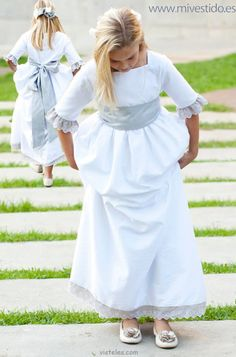communion dress and shoes Première Communion, Communion Dresses, Baby Girl Fashion, Kids Fashion, Cute Dresses, Girls Dresses, Big Girl Clothes, Look Girl, Wedding With Kids