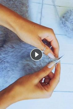 A Very Simple Pattern, But Visually The Exact Opposite 🙂 – Crafting Day The Effective Pictures We Offer You About Knitting blanket A quality picture. Arm Knitting Yarn, Knitting Videos, Knitting Stitches, Baby Knitting, Knitting Patterns, Chunky Knit Yarn, Single Crochet Stitch, Summer Knitting, Circle Pattern