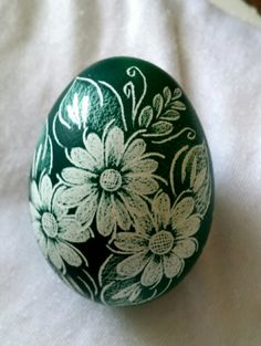 Decorations are Scratched into a colored egg, with the design you see here. Pebble Painting, Pebble Art, Stone Painting, Rock Crafts, Diy And Crafts, Polish Easter, Easter Egg Designs, Ukrainian Easter Eggs, Rock Painting Designs