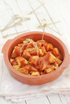 Cómo hacer Patatas bravas caseras. Receta paso a paso Small Plates, Thai Red Curry, Sweet Potato, Cantaloupe, Potatoes, Vegetables, Fruit, Ethnic Recipes, Madrid