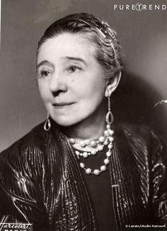 Jeanne Lanvin foi uma estilista francesa. A empresa de moda que leva o seu sobrenome (Lanvin), foi fundada em 1990 e é uma marca conhecida internacionalmente.  Foi uma aprendiz de costureira e, mais tarde, chapeleira (profissão com a qual iniciou o seu pequeno negócio em Paris).  Mais tarde, com o nascimento da sua filha Marguerite, Jeanne Lanvin começa a desenhar vestidos para a menina e, as suas clientes interessam-se pelas suas criações e começam a fazer encomendas para as suas respetivas…