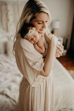 Dreamy Newborn and mom photos boho style Newborn Family Pictures, Newborn Baby Photos, Baby Poses, Baby Girl Newborn, Sibling Poses, Family Posing, Baby Pictures, Family Photos, Foto Newborn