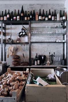 First opened by Pierre Jancou in 2012 as an informal accompaniment to Vivant Table, Vivant Cave Paris is a creative kitchen counter and natural wine cellar. Wine Bar Restaurant, Restaurant Design, Lounge Design, Bar Lounge, Le Marais Paris, Jazz Bar, Le Shop, Tapas Bar, Bar Interior