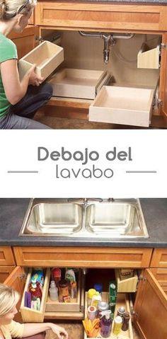 Crea una pequeña bodega debajo de tu lavabo y organiza todos tus detergentes y productos de limpieza.