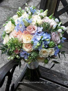 pudrowy, pastelowy bukiet ślubny, kremowo rózowo niebieski, róże, ostrózki, eukaliptus, Kraków2