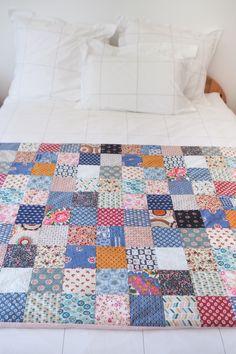 DIY couture - plaid / édredon en patchwork (via mercipourlechocolat.fr) #diy #couture #patchwork Diy Couture, Plaid, Patches, Quilts, Sewing, Inspiration, Kimono, Crochet, Tela