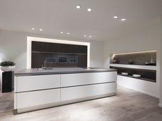 Een moderne keuken met eiland. Sfeervol door de combinatie van wit met hout. Een wit kookeiland met een hoge kastenwand van hout fineer. De inbouwapparatuur is geheel greeploos, wat zorgt voor een extra strak uiterlijk van de kastenwand. Room Decor Bedroom, Kitchen Decor, Kitchen Ideas, Home Kitchens, Diy Home Decor, Living Room, Interior, Decor Ideas, Google