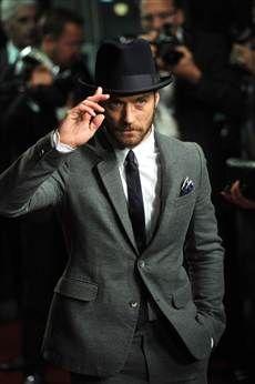 He is adorable Jude Law, Young Pope, Mustache Men, Crimes Of Grindelwald, Guy Ritchie, Actor Studio, Harry Potter Fan Art, Famous Men, Best Wear
