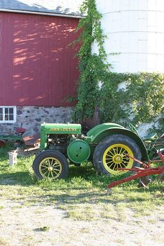 A John Deere tractor still hard at work. lovingly restored to like-new condition. Antique Tractors, Vintage Tractors, Vintage Farm, Vintage Trucks, Lawn Mower Tractor, New Tractor, Jd Tractors, John Deere Tractors, John Deere Equipment