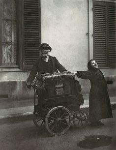 // Eugène Atget.  Sus fotografías tienen gran fuerza de sugestión, reflejan la cotidianidad parisina, de una forma espontánea, libre de las ataduras de otros movimientos artísticos.