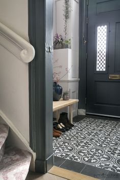 Floortiles, Black & White A great inspiration from interiorjunkie! Tiled Hallway, Hallway Flooring, Hallway Decorating, Entryway Decor, Ideas Cabaña, Victorian Hallway, Flur Design, Hallway Inspiration, Hallway Designs