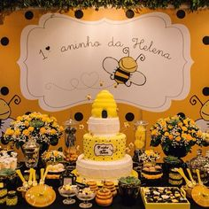 Love this food display. Bumble Bee Birthday, Baby Birthday, Baby Shower Parties, Baby Shower Themes, Bee Party, Bee Theme, Baby Shower Invitations, Decoration, Party Themes