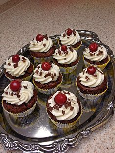 de You are in the right place about dinner Baking Here we offer you the most beautiful pictures about the Baking decorating you are looking for. When you examine the Schwarzwälder Kirsch Cupcakes (Rezept mit Bild) von BakingTheLaw Cheesecake Recipes, Cupcake Recipes, Baking Recipes, Cupcake Cakes, Cheesecake Cupcakes, Baking Cupcakes, Cherry Cupcakes, Food Cakes, Cookies Et Biscuits