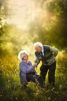 Photographer Sujata Setia makes old love feel new again when she captures elderly couples posing for engagement-style photos, and it's seriously the sweetest Couples Âgés, Cute Old Couples, Older Couples, Couples In Love, Old Couple Photography, Engagement Photography, Older Couple Poses, Growing Old Together, Applis Photo