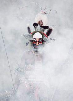 Goroka Man, Papua New Guinea I Jimmy Nelson We Are The World, People Around The World, Jimmy Nelson, West Papua, Atelier D Art, Black And White Artwork, Indigenous Tribes, Fotografia Macro, Folk