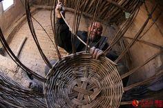 Liu Daolin makes the body of the wicker basket http://www.chinatraveltourismnews.com/2015/03/wicker-basket-disappearing-folk.html