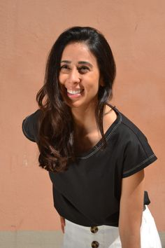 Camiseta en algodón orgánico diseñada y fabricada en Barcelona, algodón turco con certificación GOTS. Corte femenino y casual. Barcelona, Organic Cotton T Shirts, V Neck, How To Make, Tops, Women, Fashion, Cotton T Shirts, Short Skirts