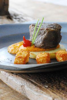 Carne-de-sol ao creme de jerimum e cubos de queijo coalho