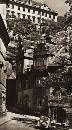 A terrible image, nonethelessit illustrates the benefit of flattening the image plane. It's an option signaling a viewer of the departure from reality tat a work of art demands. Bohemia Travel, Prague Photos, Heart Of Europe, South Tyrol, Prague Czech, Old City, Old Pictures, Czech Republic, Vintage Photos